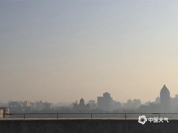 北京的天空是灰色的 大部分地区受到轻度污染