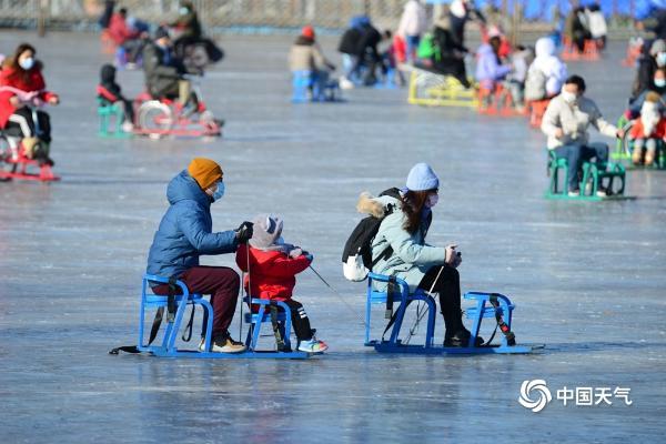 北京什刹海冰场开放 市民打卡畅享冰上乐趣