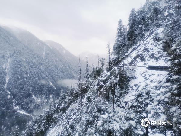白雪点缀的云南高黎贡山如梦
