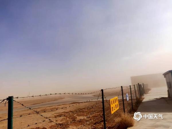 内蒙古部分地区遭遇沙尘天气 室内落尘土
