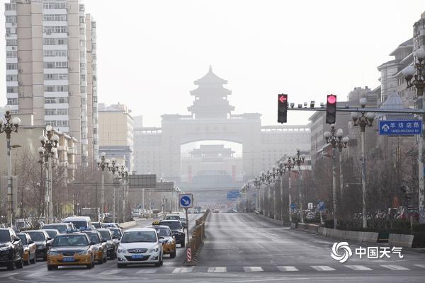 北京遭遇沙尘天气 天空能见度转差