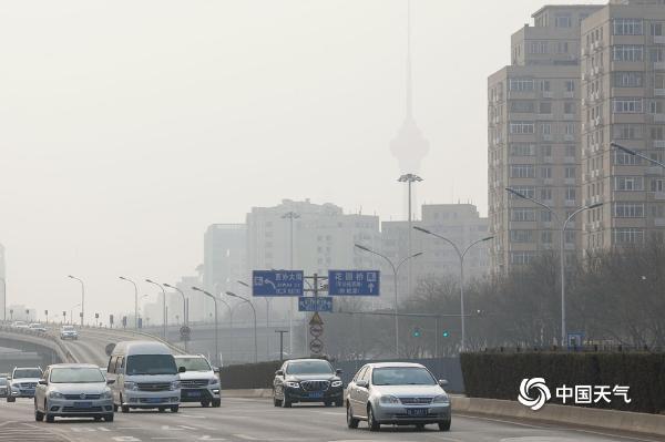 在北京严重空气污染的黄色预警中 天空是灰色的