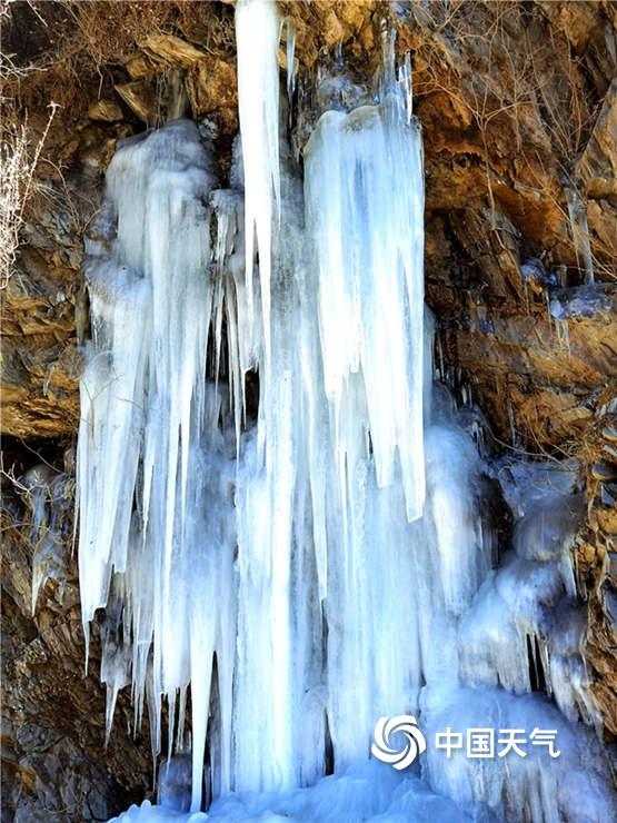 天气寒冷四川马尔康水凝成冰 形态各异