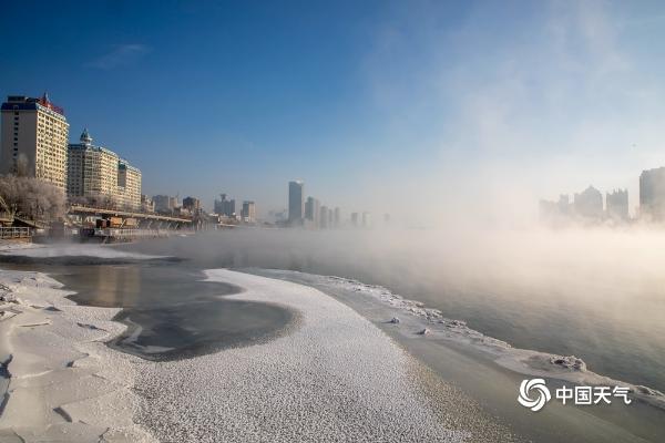 新年伊始 吉林松花江畔现雾凇美景