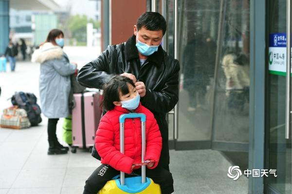 浙江金华欢迎春节返乡旅客戴口罩有序出行