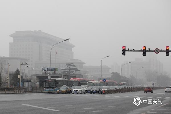 今天北京能见度不佳 西长安街雪花飞舞