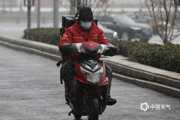 今日北京能见度低 雪花在西长安街飞舞