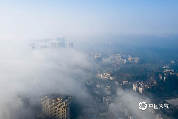 四川乐山遭遇大雾 城市沿江地段缥缈如仙境