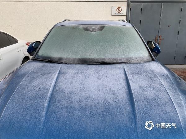 """降雪后高湿度北京汽车""""穿霜衣"""""""