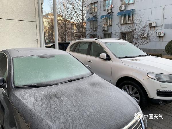 """降雪过后湿度大 北京汽车""""穿霜衣"""""""