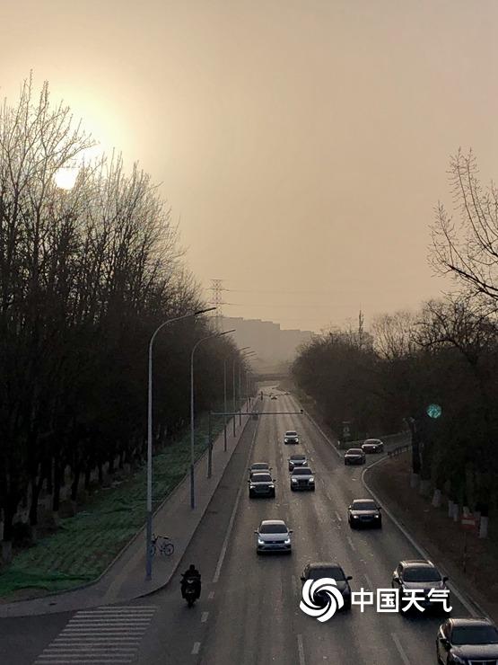 北京天空昏黄 午后空气质量将逐渐转好