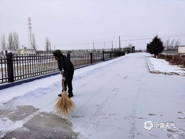 甘肃酒泉迎新年首场降雪 部分路段出现结冰不利出行