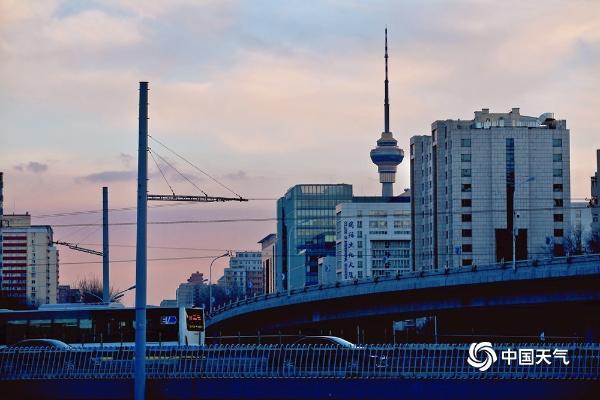 抬头看!夜幕降临 北京天空现粉色彩霞