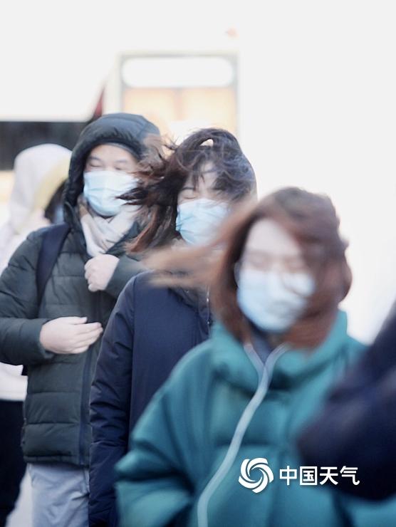 阵风8至9级!街拍北京市民大风中艰难出行