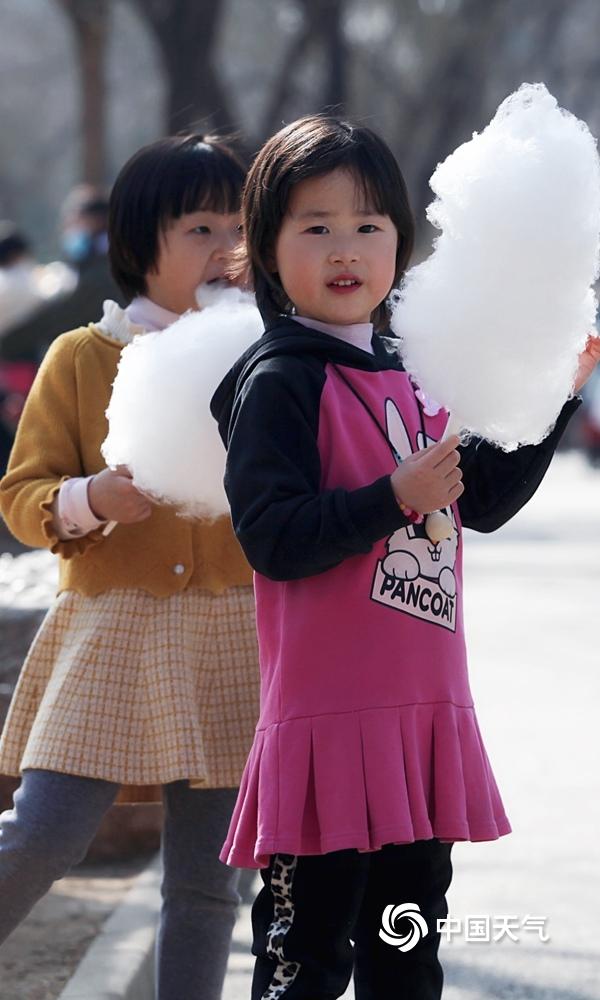 热!北京气温打破2月历史最高纪录 市民短袖出行