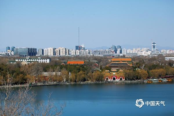 """北京阳光和煦蓝天""""在线"""" 远眺西山清晰可见"""