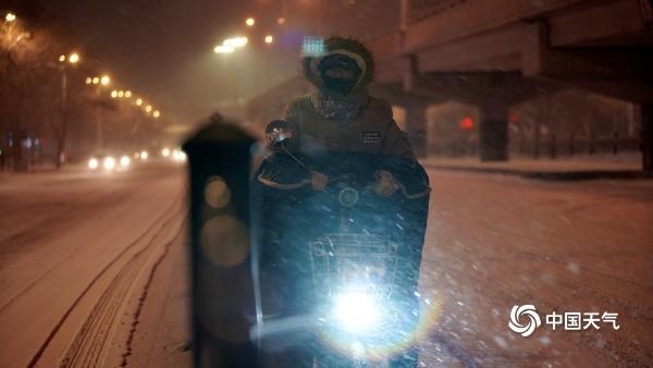 哈尔滨昨夜风雪交加 交通出行受影响