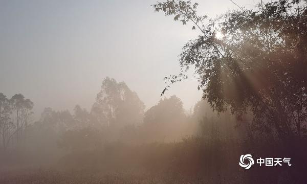 大年初一广西来宾迁江镇雾气缭绕