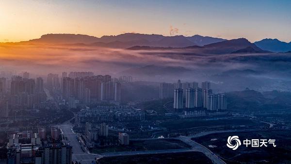 大年初一重庆薄雾缠绕 暖阳耀城