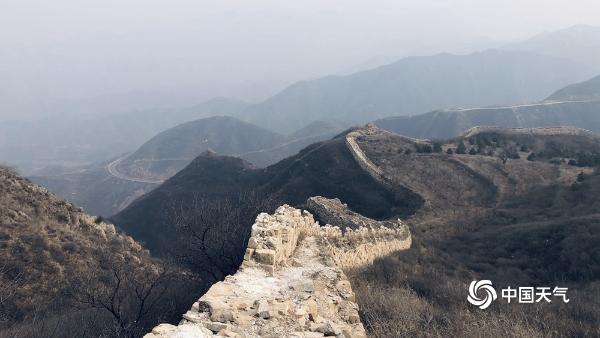 北京能见度不佳 延庆八达岭古长城若隐若现