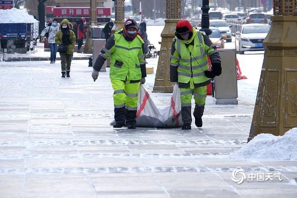 """哈尔滨环卫工人浴""""雪""""奋战保畅通"""
