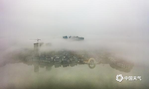 湖北黄冈现雾海 建筑物若隐若现如仙境