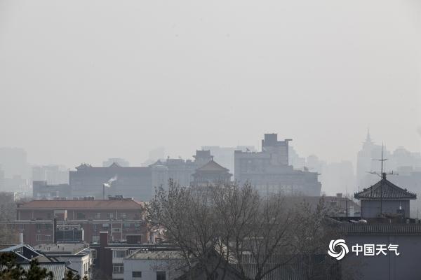 今晨北京部分地区达轻度污染 建筑显朦胧