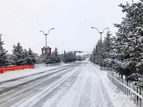 青海多地出现降雪 道路结冰不利交通
