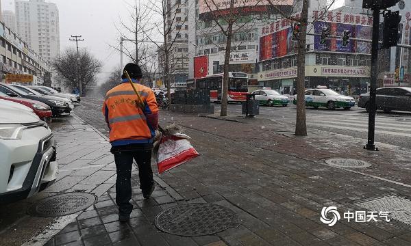 新年第三天 河北承德街头的雪花给节日增添了浪漫的气氛