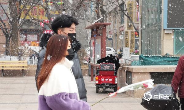 大年初三河北承德街头雪花纷飞  为节日增加浪漫气氛