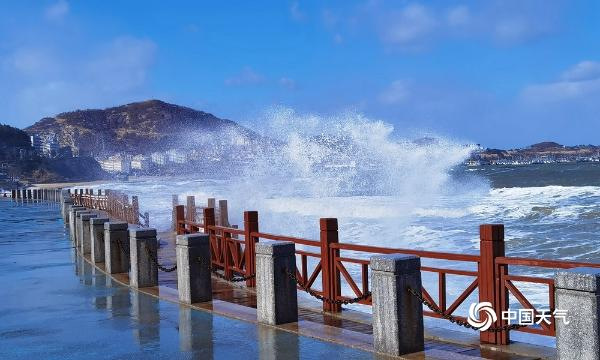 山东威海受冷空气影响 风起云涌大浪翻滚