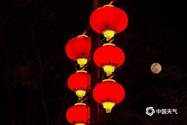 明月高悬!河北燕郊:正月十五花灯与圆月交相辉映
