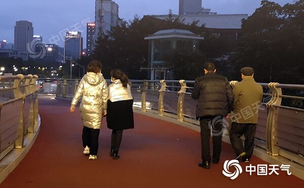 """重庆气温""""跳水""""一夜之间回归""""冬天"""" 从此雨渐渐停了 温暖又回来了"""