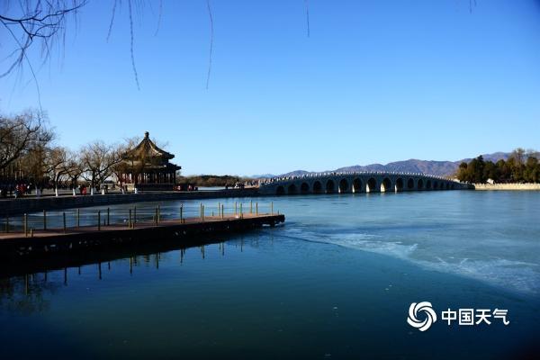 蓝天映碧水 颐和园昆明湖冬景迷人