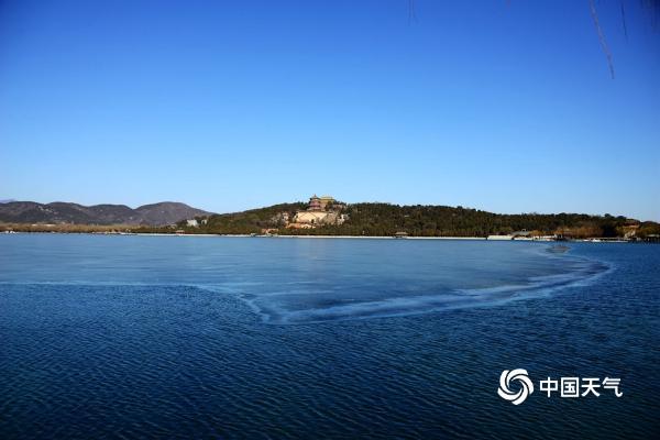蓝天映碧水 颐和园昆明湖冬季迷人