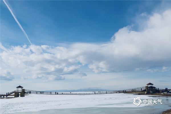 新疆巴里坤县高家湖的冰雪与蓝天白云相称