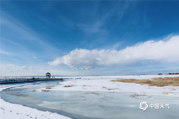 新疆巴里坤县高家湖冰雪相称 蓝天白云美如画