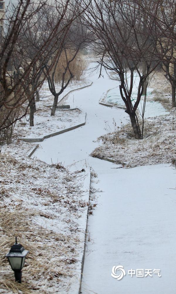 下雪啦!北京延庆雪花飘落 地面和建筑物被积雪覆盖