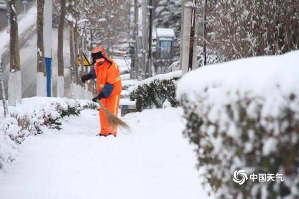 山东威海现降雪 道路湿滑阻交通