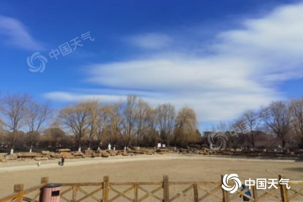 内蒙古降雪沙尘来袭 阵风6至7级