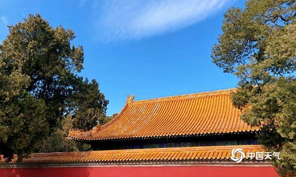 """北京蓝天在线和""""鱼鳞云""""对比古建筑 在五彩缤纷中展现"""