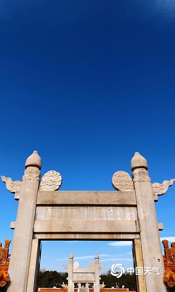 """北京蓝天在线与""""鱼鳞云""""相衬 古建筑尽显中华美"""