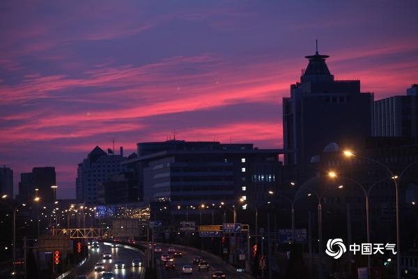 惊艳!北京今晨 一大片粉红色的日出映出了半边天