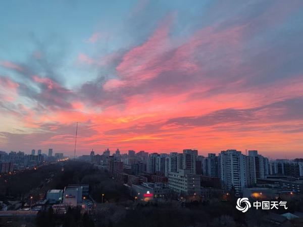 惊艳!北京今晨大片粉色朝霞映红半边天空