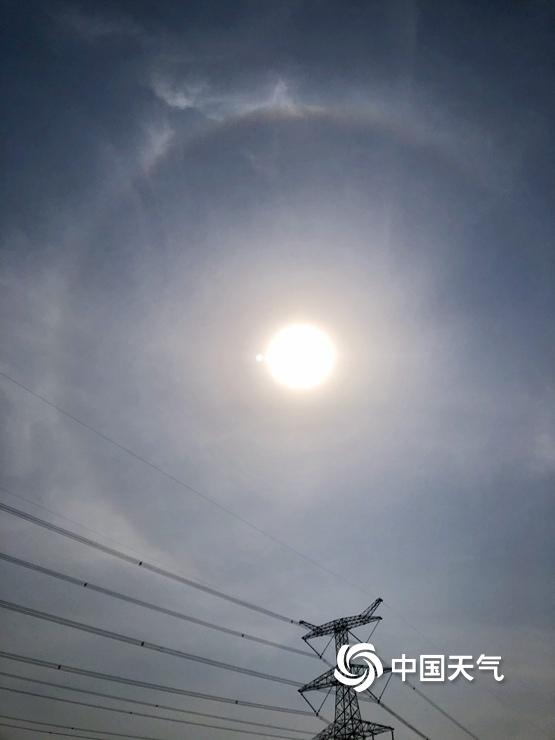 快抬头看!北京上空出现日晕景观
