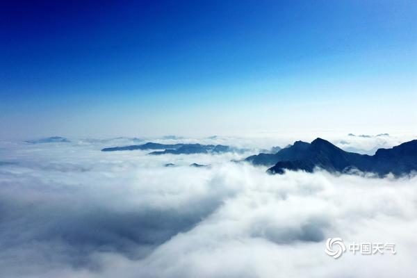 北京郊区的百花山现在被大海包围了