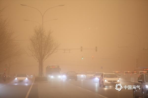 实拍北京沙尘:天空昏黄空气严重污染