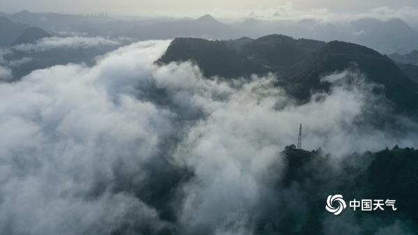 贵州铜仁云雾缭绕 城市如入仙境