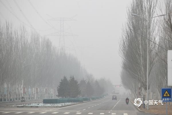 """今天早上 雾""""锁定""""北京的天空是灰色的 能见度很差"""