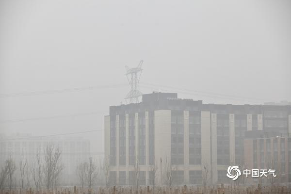 """今晨大雾""""锁""""京城 天空灰蒙蒙能见度不佳"""